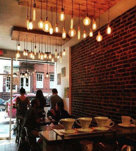 Wnętrze jednej z nowojorskich kawiarni.