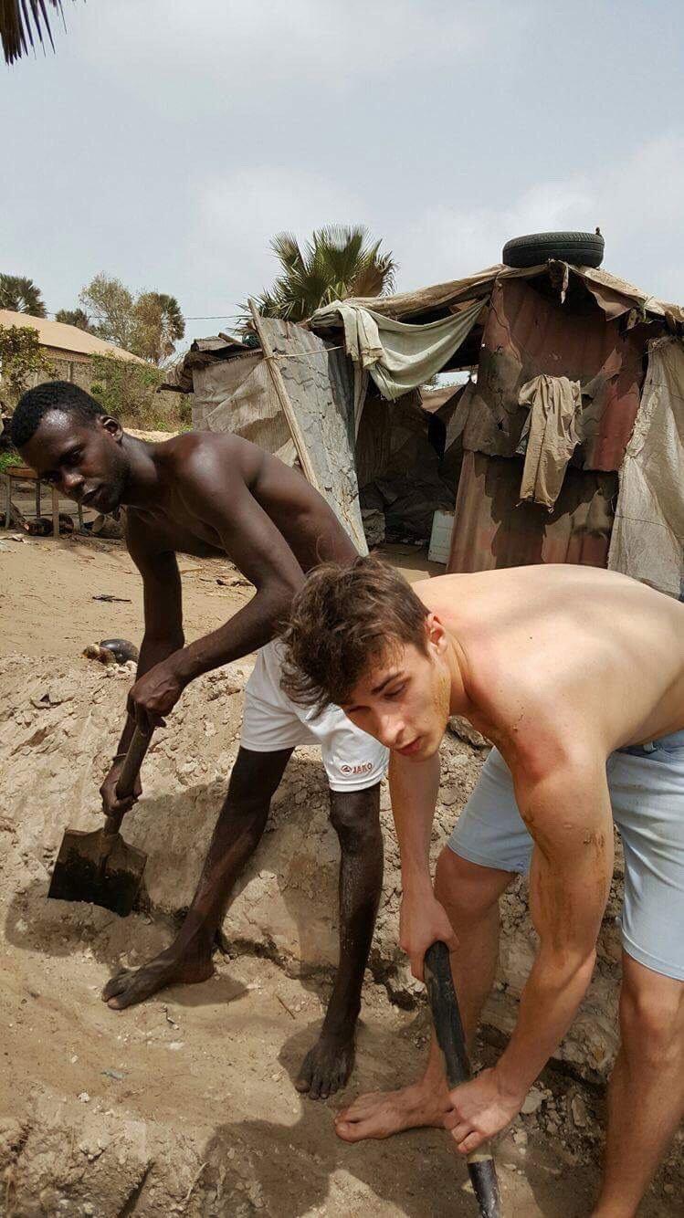 Karol Kowalik podczas kopania studni / Gambia 2017