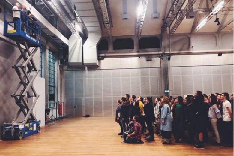 Dwieście osób pozowało do zdjęcia promującego najnowszy spektakl Krzysztofa Warlikowskiego