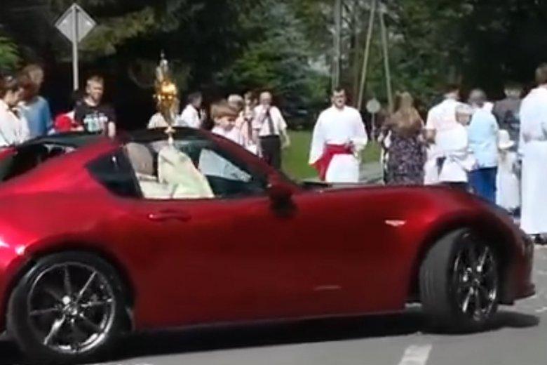 Proboszcz Alojzy Bok z Nowej Wsi przewodził procesji Bożego Ciała w czerwonym kabriolecie.