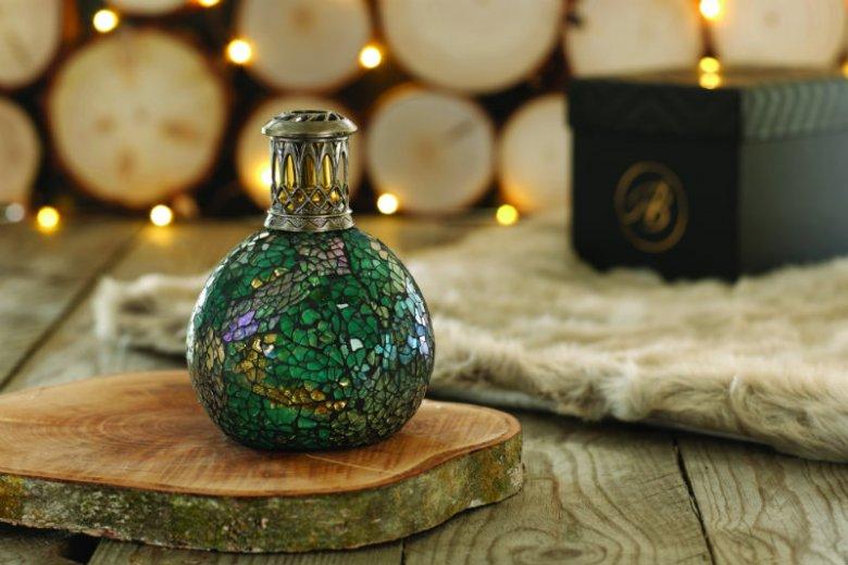 Ta lampa ze szklanej mozaiki to coś więcej niż tylko designerski bibelot