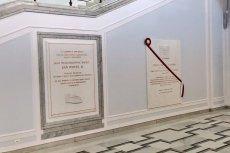 Tablica poświęcona Lechowi Kaczyńskiemu wisi obok tej dla Jana Pawła II.