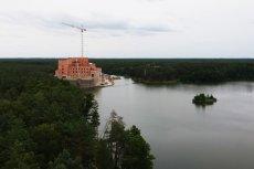 W zamku w Puszczy Noteckiej ma mieszkać łącznie ponad 100 osób.
