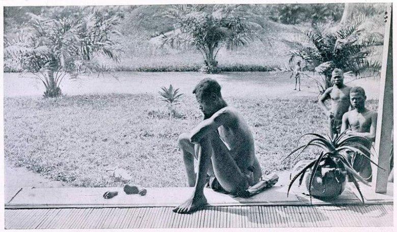 Zdjęcie, które stało się symbolem zbrodni króla Leopolda II w Kongu: ojciec siedzący nad szczątkami swojej córki. Fotografia wykonana w w maju 1904 r.