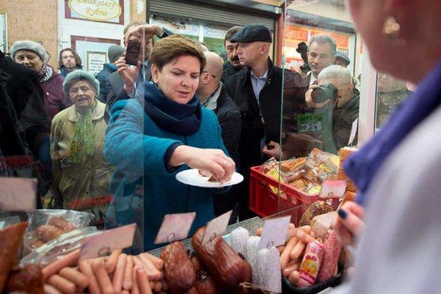 Rząd obniżył dotacje dla barów mlecznych. Na zdjęciu Beata Szydło podczas kampanijnej wizyty na targu w Turku 23 października.