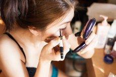 Szybki makijaż oka linerem przy małym lusterku to zły pomysł! Chyba, że potrafisz pomalować równe linie nawet z zamkniętymi oczami...