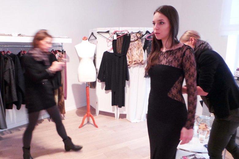 Anna Czartoryska przymierza sukienkę