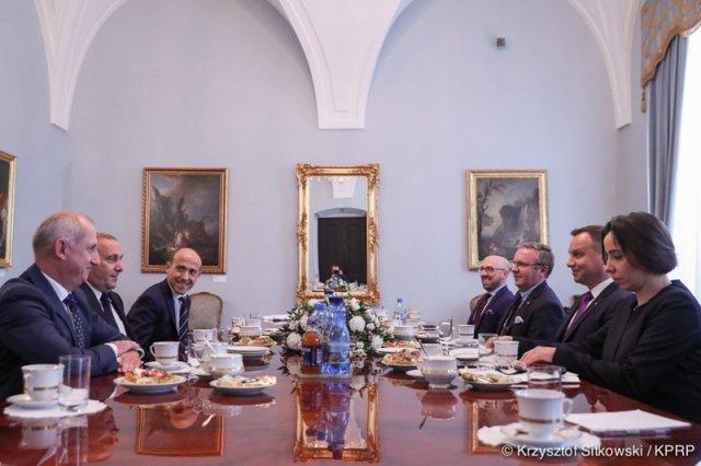 Kancelaria Prezydenta ujawniła zdjęcia ze spotkania Andrzeja Dudy z szefostwem PO. Patrząc na nie aż trudno uwierzyć, jak dobra atmosfera panowała podczas rozmów głowy państwa z Borysem Budką, Sławomirem Neumannem i Grzegorzem Schetyną.