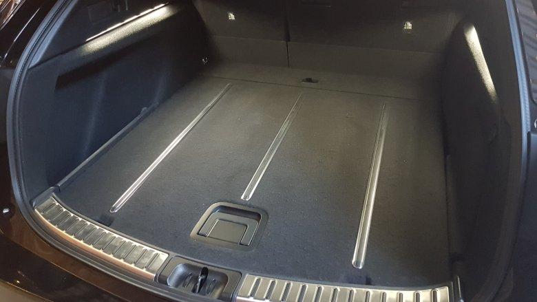 Wielki i pakowny bagażnik w wersji sport touring dodatkowo ma podświetlenie ambient. Jakby tego było mało, podłogę bagażnika można przewrócić na drugą stronę, ale po drugiej stronie nie ma metalowych wzmocnień.