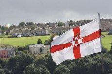 Flaga północnoirlandzkich lojalistów, a w tle republikańska trójkolorowa flaga katolików. Ulster to jedno z najbardziej podzielonych miejsc w Europie