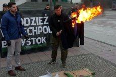 Młodzież Wszechpolska z Białegostoku w ramach happeningu spaliła kukłę Ryszarda Petru