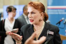 """Georgette Mosbacher wyraziła rozczarowanie i zaniepokojenie z powodu planów kolportażu przez """"Gazetę Polską"""" homofobicznych naklejek."""