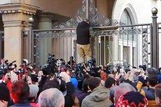 Gruzini zamknęli bramę prowadzącą do gmachu Parlamentu, domagają się dymisji rządu i rozpisania przedterminowych wyborów.