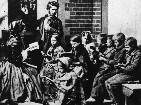 """Lekcja w """"Regged School"""" - szkole dla biedoty i sierot w XIX-wiecznej Szkocji."""