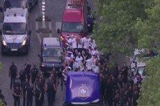 Piłkarze Francji podczas parady na Polach Elizejskich. Wszyscy zwarci i... no może nie wszyscy gotowi.