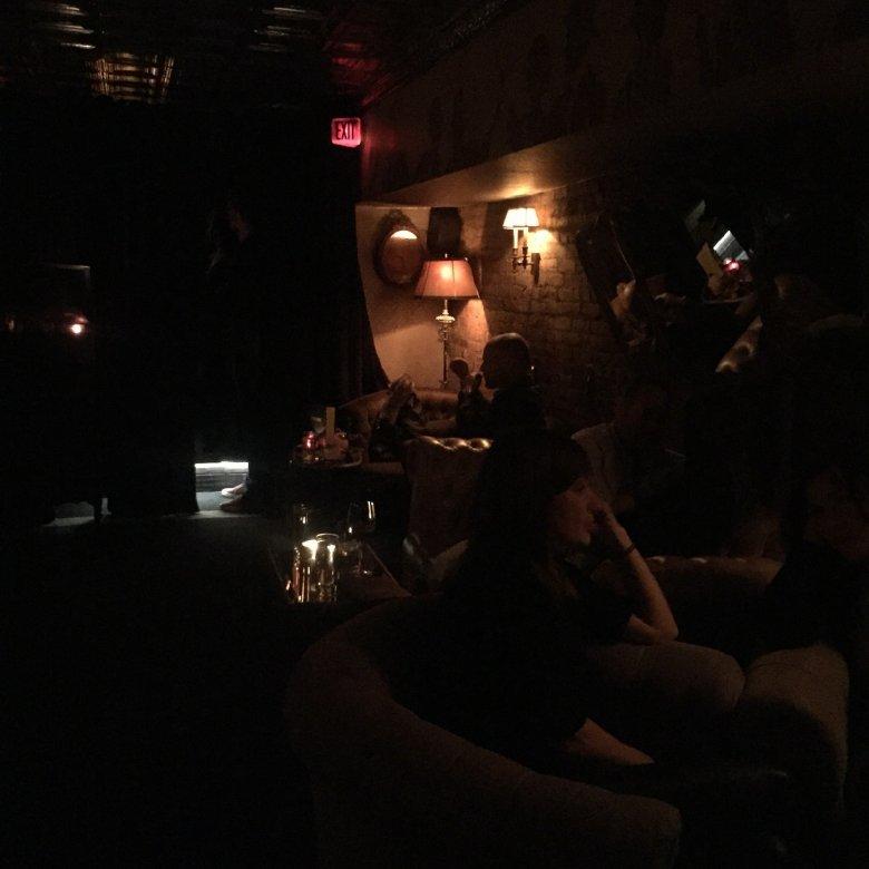 Wnętrze Raines Law Room w Nowym Jorku.