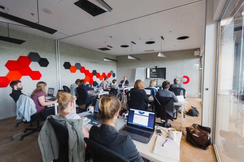 Coders Lab to największa szkoła programowania w Polsce. Program ich kursów przygotowano z myślą o kwalifikacjach na stanowisko Front-end i Back-end developera