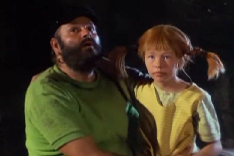 """Filmowa Pippi Långstrump i jej tata Efraim Långstrump, wcześniej w szwedzkich książkach nazywany """"królem Murzynów"""" – dziś """"królem mórz południowych""""."""