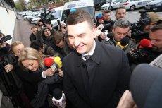 Roześmiany Bartłomiej Misiewicz zmierza na posiedzenie sądu partyjnego. W tym samym czasie Ziobro zajmuje się sądami powszechnymi.