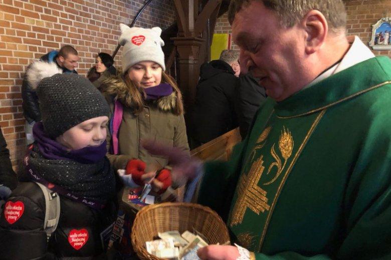 Ks. Kazimierz Klaban, proboszcz parafii Dobrego Pasterza w Kościele Polskokatolickim, przekazał zbiórkę z tacy na WOŚP.