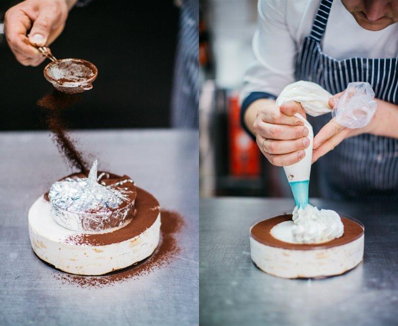 Zdobienie zmrożonego deseru kakao i ręcznie robioną bitą śmietaną.