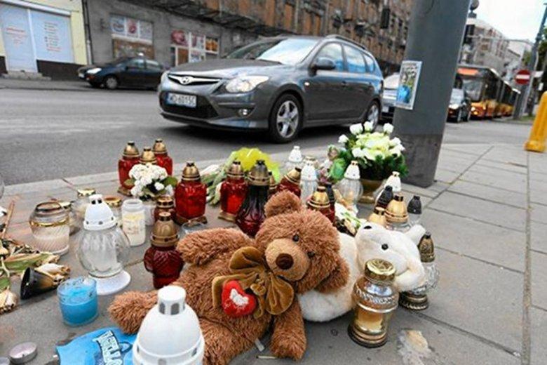 Na zbiegu ul. Kijowskiej i Targowej  pospieszna krzątanina, ludzie wciąż gdzieś biegną i wydaje się, że nie zauważają miejsca niedawnej tragedii. To mylne wrażenie.