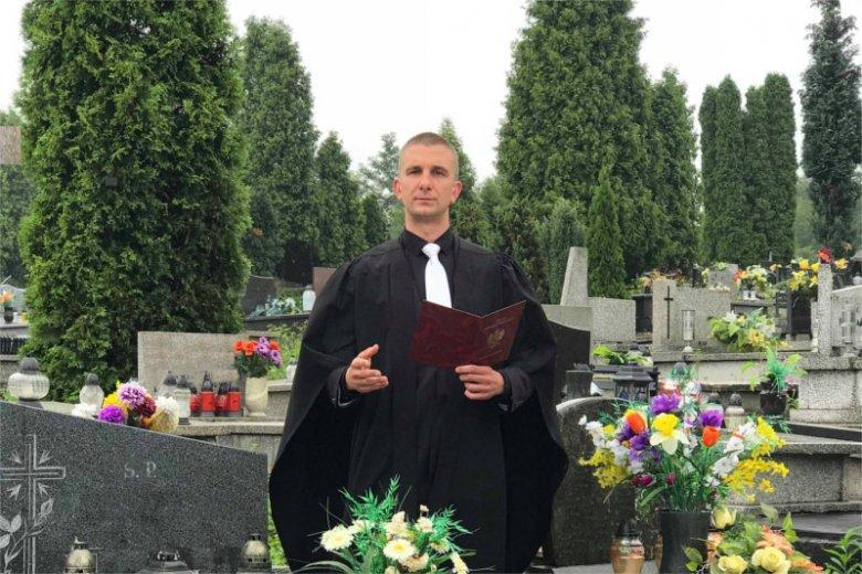 Szymon Widera jest mistrzem ceremonii świeckich.