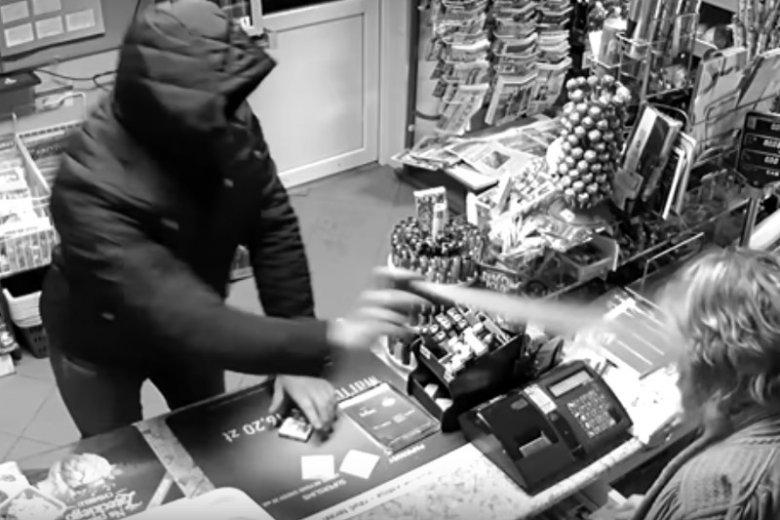Na nagraniu z monitoringu widać wyraźnie moment, gdy 24-letni napastnik użył gazu pieprzowego.