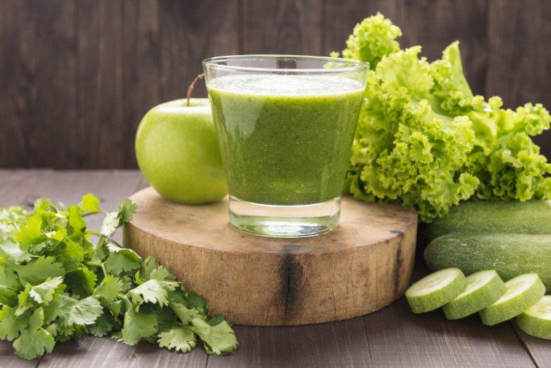 Sok z sałaty można i warto łączyć z innymi warzywami czy owocami, aby poprawić walory smakowe i odżywcze napoju