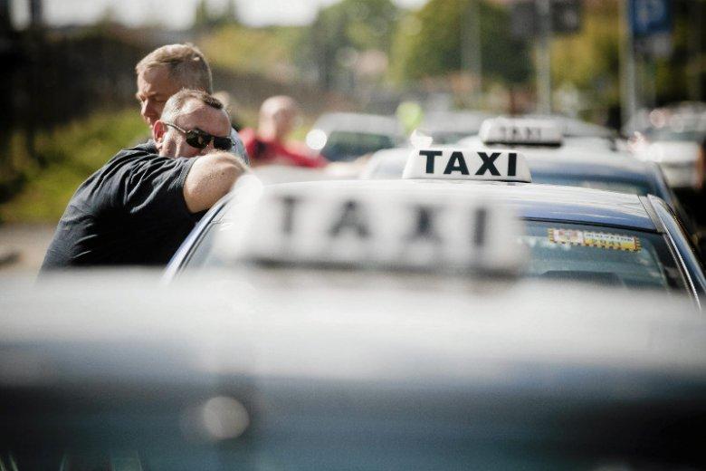 """""""Taksówkarze potrafią się skarżyć na siebie jak dzieci"""" - śmieje się Katarzyna, dyspozytorka taxi z Krakowa."""