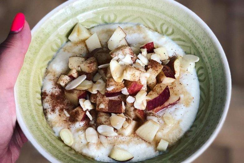 Owsianka z jabłkami, gruszką, bananem i cynamonem