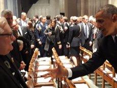 """Fotoreporterzy uwiecznili Lecha Wałęsę w koszulce """"konstytucja"""" na pogrzebie George'a Busha seniora."""