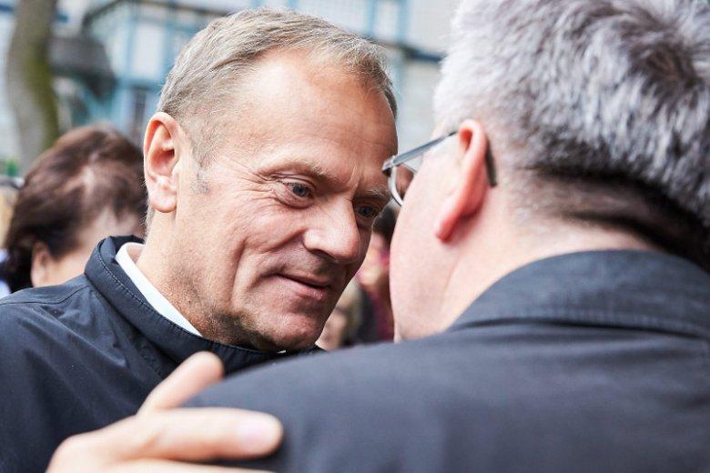 Według gazety.pl w rozważaną przez Donalda Tuska opcję powrotu do polskiej polityki miałby być włączony m.in. Bronisław Komorowski.