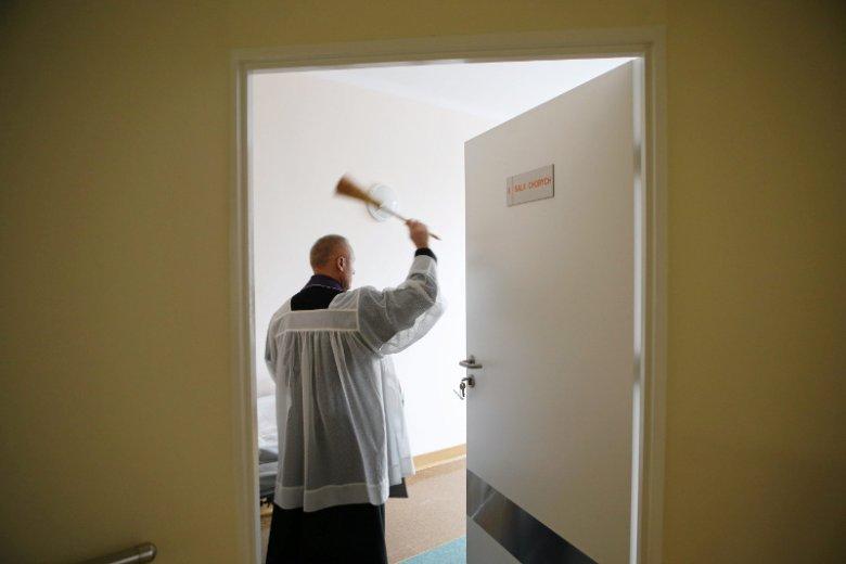 Czy ksiądz może wchodzić do sal pacjentek w szpitalu ginekologicznym? (zdjęcie ilustracyjne)