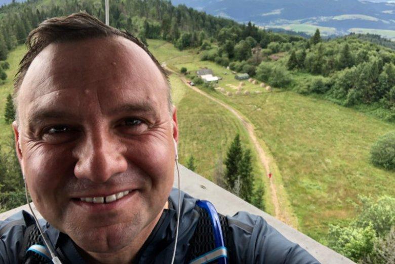 Andrzej Duda chwali się na Twitterze tym, że zrobił sobie wolna niedzielę.