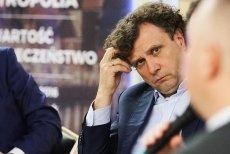 Prezydent Sopotu nie ścina włosów na znak protestu przeciw PiS. Znaleźliśmy dla niego fryzjerów, którym po zakończeniu akcji  będzie mógł powierzyć swoje bujne loki. Pominęliśmy warszawskich, bo tu drogo.