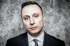 Krzysztof Brejza poinformował na Twitterze, że jego matka w piątek złożyła pozew przeciwko Samuelowi Pereirze.