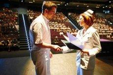 Uroczystość wręczenia dyplomów studentom pielęgniarstwa. Zdjęcie jest tylko ilustracją do tekstu.