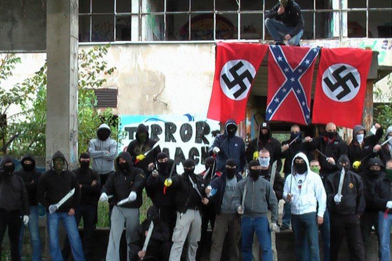 """Zatrzymano 90 osób podejrzewanych o związki z neonazistowską grupą """"Krew i Honor""""."""