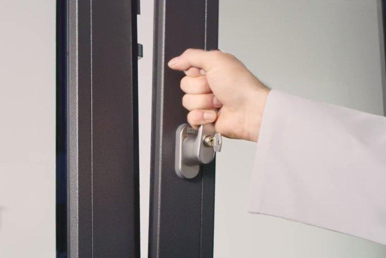 Klamka z zamkiem taka jak DESIGN+ (montowana w oknach PIXEL) utrudnia włamywaczom sforsowania okna