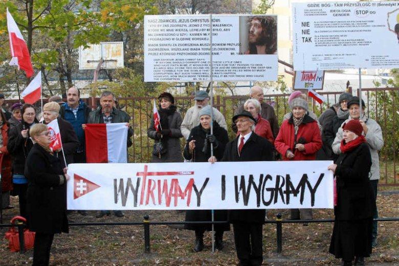 """Marcin Wójcik, autor książki """"W rodzinie ojca mego"""" przeniknął do grona wyznawców o. Rydzyka. Przez kilka miesięcy chodził na protesty pod siedzibą Krajowej Rady Radiofonii i Telewizji."""