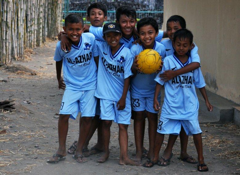Młodzi jawajscy piłkarze
