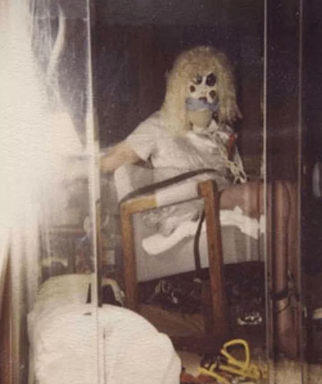Dennis Rader lubił robić sobie zdjęcia w strojach ofiar i charakterystycznej masce