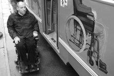Zdjęcie z 2002 r. – Piotr Pawłowski przy tramwaju, który ma zwracać uwagę na problemy niepełnosprawnych. Tylko jak do niego ma wsiąść osoba na wózku?