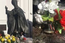 """Z pomnika Jana Pawła II leje się woda. To """"cudowny"""" efekt remontu"""