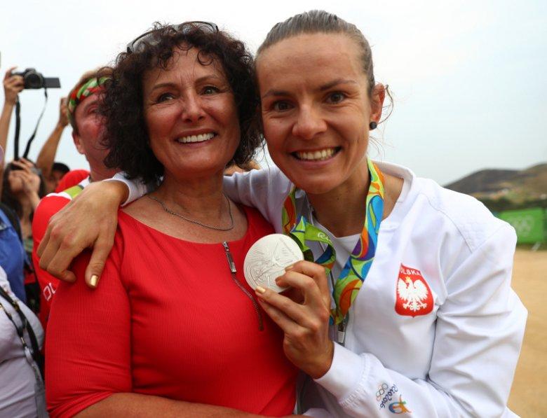 Maja Włoszczowska, srebrna medalistka XXXI Letnich Igrzysk Olimpijskich w wyścigu kobiet w kolarstwie górskim, pozuje do zdjęcia wraz ze swoją mamą