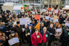 Tysiące mieszkańców Łodzi popiera prezydent Hannę Zdanowską, której prokuratura postawiła dwa zarzuty.
