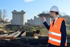 Patryk Jaki odwiedził budowę Mostu Południowego. Przeprawa zaplanowana w czasach rządu PO/PSL dała tło dla Jakiego opowieści o koniecznym rozwoju stolicy.