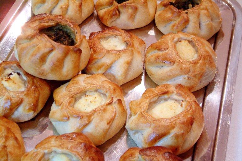 Menu Malty słynie z najróżniejszych pysznych deserów. Na zdjęciu maltańskie ricotta qassatat, czyli słone ciastka z miękkim serem zwarowym