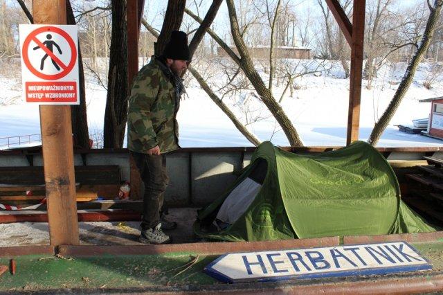 Od trzech miesięcy mieszka w namiocie na barce. Andrzej Motyliński: Potrzebuję pomocy